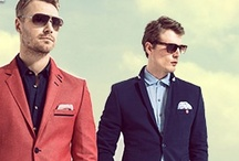 İtalyan Modası / Her daim şık görünen, modayı takip eden ve yeniliklere kolayca uyum sağlayan İtalyan erkekleri, şimdi de Sateen'e ilham oluyor. Slim fit giysileri basit bir fularla tamamlayan, çekiciliği detaylarla açığa çıkaran İtalyan erkekleri, Sateen'in koleksiyonuna çok fazla şey katıyor. Dar kesim trençkotlardan gömleklerle de kombinlenebilecek tişörtlere, yazlık şortlardan renkli pantolonlara, İtalyan modası Sateen farkıyla Markafoni'de! http://www.markafoni.com/product/sateen-men-italyan-tarz-0/all/