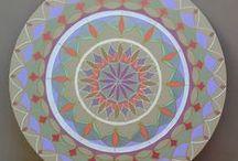 Mandalas / As mandalas traduzem o universo. Contém em si a semente da criação, assim como sua expansão. Sou uma criadora de mandalas, assim como uma admiradora de mandalas alheias, que sempre aparecem para mim.  Para quem procura a paz, aconselho: observe e faça mandalas! É mágico!