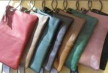 Carteras y clutches en VYP Regalos, Palma. / Carteras que tuvimos o tenemos actualmente. Los bolsos o carteras de piel con anilla son habituales en VYP, tanto en invierno como en primavera.