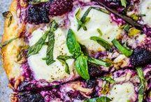 Pizza | Flatbread | Flammkuchen / Rezepte für die besten Teigwaren von klassischer Pizza über Pizza bianca und luftig-leichte Flatbreads bis hin zu knusprig-dünnen Flammkuchen mit Schmandbelag. Mit Low Carb Pizzavarianten, deftigen Ideen mit üppigem Belag, Partyrezepten und italienischen Klassikern!