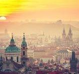 Die 10 schönsten Ziele in Tschechien / Es zieht uns in den Osten. Derzeit zeigt sich Tschechien von seiner schönsten Seite. Das kleine Land im Herzen Europas überzeugt Liebhaber stets aufs Neue mit seiner Mischung aus Geschichte, Natur und kulinarischen Genüssen. Wir stellen zehn Ziele vor, die sich besonders lohnen.