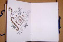 2006 - O Caderno Azul de Richelieu / Livro/Objeto de Murilo Pagani  Pequeno livro (13x10 cm), capa dura revestida em tecido, costura aparente tipo Copta, miolo papel Canson 180 g/m².  As páginas foram recortadas seguindo modelos de riscos de bordados para Richelieu.