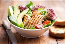 """Low-Carb schlemmen / Denkt ihr bei Low-Carb nur an Diät und Verzicht? Die Reduktion von Kohlenhydraten ist mittlerweile zum Kult geworden, aber die Rezepte sind alles andere als entbehrungsreich! Lammkoteletts,Lachsfilet auf Spinat, Hähnchen-Tajine oder frische Quarkdesserts lassen einem das Wasser im Mund zusammenlaufen. Und wer auf das Brot am Morgen nicht verzichten kann: Wie wärs mit einem Süßkartoffel-Toast? Äußerst vielseitig und schmackhaft. Probiert es doch einfach mal aus,""""verzichten"""" fällt da ganz leicht!"""