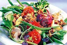 Frisch, knackig, Salat! / Wenn es eine perfekte Jahreszeit für Salat gibt, dann den Sommer! Und dass Salat viel mehr als eine langweilige Beilage ist, sondern auch strahlender Star sein kann, zeigen unsere sorgfältig ausgesuchten Rezepte.