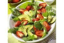 Avocado – Superheldin in grünem Gewand / Ihr zart-cremiges Inneres sieht man der Avocado auf den ersten Blick nicht an. Doch es lohnt sich genauer hinzusehen. In der kleinen Frucht steckt nämlich ausnahmslos Gutes. Neben lebenswichtigen Vitaminen enthält sie einen hohen Anteil an ungesättigten Fetten, die nicht nur gesund sind, sondern uns sogar beim Abnehmen helfen können. Wen diese Fakten noch nicht überzeugt haben, der sollte sich durch unsere köstlichen Avocado-Rezepte klicken und seine Geschmacksknospen entscheiden lassen.