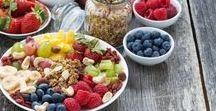 Snacken, aber gesund! / Wenn die Konzentration nachlässt oder der kleine Hunger eintritt, greifen wir gerne zu einem Snack. Die kleinen Knabbereien sind dann aber häufig eher ungesund.  Mit unseren Snacks Rezepten bist du auf der gesunden Seite. Wir haben gesunde Snacks zusammengestellt.