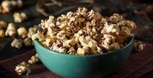 Snacks für den Filmabend / An einem gemütlichen Filmabend mit guten Freunden und der Familie dürfen leckere Snacks nicht fehlen! Ob klassisches Popcorn, herzhafte Muffins, gesunde Gemüsechips oder schokoladige Brownies, mach es dir mit unseren Rezepten auf der Couch gemütlich.