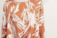 hessnatur LAYERING LOOKS / Wir zeigen euch, wie ihr mit dem aktuellen Layering-Trend, luftige Blusen und Shirts unserer neuen Frühjahrskollektion mit Winterstrick in Lagen kombinieren könnt. Gegensätze ziehen sich an: Das luftige Frühlingsshirt wird mit der Lieblings-Winterstrickjacke getragen, das zarte Kleid passt perfekt über die schmal geschnittene Hose. Kurz wird über lang, weit über schmal, grob über dünn angezogen, blickdicht passt zu transparent.