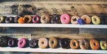 Donut Walls / Donut Walls sind einer der Hochzeits-Trends 2017! Die süßen Köstlichkeiten erobern in allen Variationen den Sweet-Tabel und lösen die Cupcakes ab oder werden mit ihnen zusammen präsentiert. Bei einer Donut Wall hat man die Möglichkeit entweder mit Regalen, Häken oder Stäbchen auf Steckplatten, auf denen die Donuts gehängt werden, zu arbeiten. Eine Idee für die euch vielen Hochzeitsgäste lieben werden. Wir sind schon jetzt von diesem neuen Trend begeistert.
