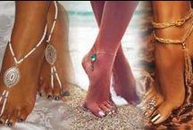 ❤ PIEDS NUS - BAREFOOT ❤ / Chaîne au pieds, ce bijou valorisé en Inde était porté traditionnellement par toutes les femmes du pays. Mais sa source remonte à l'Egypte ancienne, en Afrique où il servait à catégoriser les femmes et à marginaliser parfois les femmes de mauvaise vie (Plus tu as de chaînes aux pieds et plus tu dévoiles le nombre de tes amants).