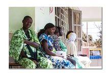 """CEU E TERRAS / Consultorio Onlus """"Ceu e Terras"""" di Bissau Guinea Bissau per la prevenione e cura delle donne sieropositive e dei loro figli. Colpisce la loro dignità e l'eleganza negli sguardi, che riflette una fierezza affermata con forza nella non rinuncia al colore. Donne in difficoltà ma assolutamente non vinte"""
