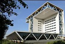 Architectuur in Zoetermeer / Zoetermeer wordt wel eens het grootste openluchtmuseum van stedenbouw en architectuur in Nederland genoemd. Laat je verrassen door de verschillen stijlen die Zoetermeer vorm hebben gegeven.