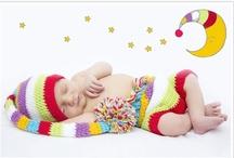 Újszülött fotózás  / Elkapott Pillanatok Fotóstúdió Az újszülött egészen rövid ideig marad ennyire apró – a ráncos-gyűrött kis lény gyorsan nő és fejlődik, s pár hónap után el is felejtjük, hogy milyen volt ilyen születésekor. Az újszülött-fotózás során készült képek megőrzik a születés utáni időszak hangulatát és érzéseit.