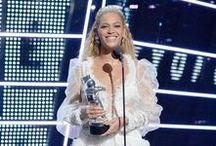 Os Looks de Beyoncé no VMA 2016 / Ainda sobre o VMA 2016 (tem vários posts no blog sobre o assunto), Beyoncé mostrou todo seu poder, estilo e sensualidade em seu look do Tapete Vermelho, usando um vestido longo prata cheio de brilhos assinado pelo estilista Francesco Scognamiglio, o modelo era cheio de transparência, plumas e até com asas de anjos. Não é à toa que ela foi eleita ícone fashion no CDFA Fashion Awards, em junho deste ano.