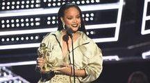 Os looks de Rihanna no VMA 2016 / Rihanna foi a grande homenageada da noite durante o VMA 2016, com o prêmio Michael Jackson Video Vanguard Award. Esse astronauta de prata é entregue para os artistas que tiveram um grande impacto na cultura pop mundial. Em edições passadas, David Bowie, Madonna e até mesmo os Beatles já o levaram para casa.