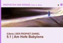 5.DER PROPHET DANIEL | PROPHETEN UND KÖNIGE - Ellen G. White - video / Daniel und seine Freunde werden als junge Männer von Jerusalem nach Babylon verschleppt. Aufgrund ihrer Treue zu Gott werden sie entsprechend gesegnet. Daniel wird Ministerpräsident im Neubabylonischen Reich. Durch sein mutiges Bekennen wird der babylonische König Nebukadnezar ein Nachfolger Gottes. In außergewöhnlichen Visionen erfährt Daniel zukünftige Ereignisse von enormer Tragweite.