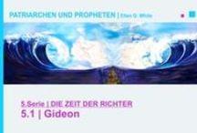5.DIE ZEIT DER RICHTER | PATRIARCHEN UND PROPHETEN - Ellen G. White - video / Gideon ragt heraus als ein Mann, der Gott bedingungslos vertraut, auch wenn die Voraussetzungen dagegen sprechen. So besiegt er durch Gottes Hilfe mit 300 Mann eine riesige Armee. Er wagt es, dem Götzenkult im eigenen Vaterhaus mit einer spektakulären Aktion entgegenzutreten. Was für ein Glaubensmann! Der stärkste Mann aller Zeiten, nämlich Simson, sollte Israel aus der Versklavung durch die Philister befreien. Doch seine Schwäche für das schwache Geschlecht wurde ihm zum Verhängnis. ...
