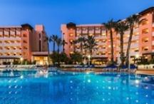 H10 Salauris Palace, Salou / A tan sólo 800 m de PortAventura, próximo a la playa y a varios campos de golf, el H10 Salauris Palace es un moderno hotel con todos los servicios e instalaciones necesarios para unas perfectas vacaciones. La completa gastronomía, la zona ajardinada o la piscina con jacuzzi y cascada, harán las delicias de pequeños y adultos. www.hotelh10salaurispalace.com / by H10 Hotels