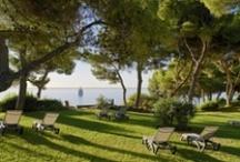 H10 Punta Negra Boutique Hotel, Mallorca / Situado en una pequeña península rodeada de mar en la Costa d'en Blanes, el hotel cuenta con dos tranquilas piscinas y acceso directo a dos calas de aguas trasparentes. Sus habitaciones recientemente renovadas y villas con vistas al jardín y al mar, gastronomía de autor, su cercanía a numerosos campos de golf y sus 5 salones de convenciones convierten al H10 Punta Negra Boutique Hotel en un establecimiento emblemático de la isla. https://www.h10hotels.com/es/hoteles-mallorca/h10-punta-negra / by H10 Hotels
