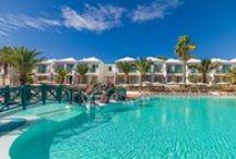 H10 Ocean Suites / Situado en una de las zonas más emblemáticas de Fuerteventura, a 300 metros de la playa de arena blanca de Corralejo y próximo al Parque Natural de las Dunas de Corralejo, el H10 Ocean Suites es un exclusivo hotel, totalmente renovado en 2015, que cuenta con un interiorismo elegante y actual. Dispone de luminosas Junior Suites, extensos jardines con vegetación autóctona, amplias piscinas y una selección de restaurantes y bares con terraza.  / by H10 Hotels