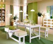 Einrichten mit der Trendfarbe Grün / Grün ist die absolute Interior-Trendfarbe! Egal ob Jade, Grasgrün in Kombination mit Samt oder als Wandfarbe: Grün sorgt für Raumtiefe und eine beruhigende Atmosphäre! Wir verraten euch die wichtigsten Einrichtungstipps, Möbel und Accessoires in Grün!