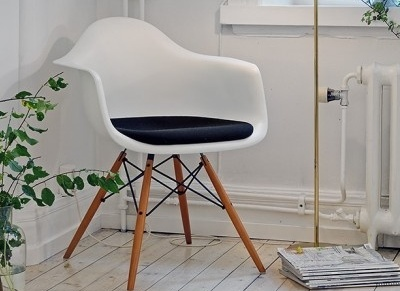 promoci n vitra eames plastic chair on pinterest plastic side chairs and showroom. Black Bedroom Furniture Sets. Home Design Ideas