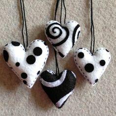 En blanco y negro: corazones de fieltro. Recuerdan a Tim Burton :D (Black and white felt heart ornaments)