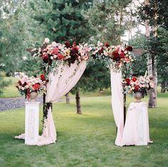 Arco cortinas y flores para matrimonio