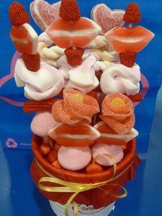 Maceta rellena de golosinas para momentos románticos como San Valentín, aniversarios, bodas... Realizado por la tienda Dulce Diseño Algeciras, Cádiz.