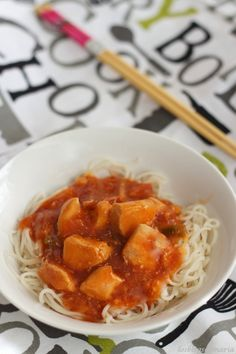 Fideos chinos con pollo con bambú (salsa preparada)