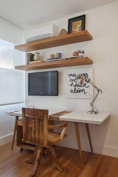 Escrivaninha vintage https://www.homify.com.br/livros_de_ideias/29217/conheca-um-apartamento-ecletico-deslumbrante