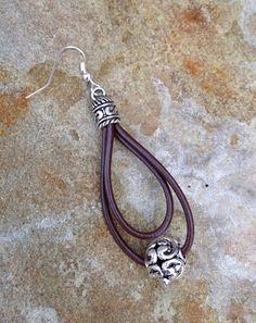 Hermosa plata tibetana y pendientes de cuero de muchos colores. Estos pendientes miden 3 pulgadas de largo y están hechos de materiales sin