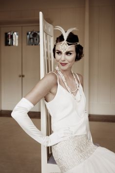 love this 1920s wedding dress with gloves and art deco hairpiece