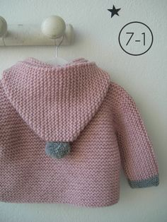 Cazadora para bebe hecho a punto bobo en rosa palo con capucha. Puños y pompón de capucha en gris plata y pompones de distintos colores en cremallera. Interior en lunares. http://www.libelulahandmade.com/