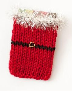 Santa Knit Gift Card Sleeve | This gift card sleeve is the cutest Christmas knitting pattern.