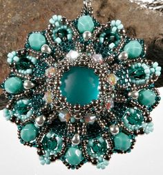 Free beading pattern for a pendant.