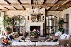 A sala de estar da casa de Gisele e Tom Brady: as vigas do teto são de carvalho
