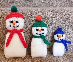 Adorable Knitted Snowman Family | This free Christmas knitting pattern is simply too, too cute.