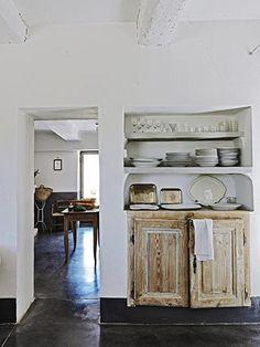 Gostei do piso em cimento queimado; das portas e guarda-pratos shabby chic.