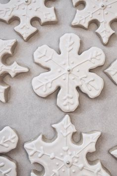Cookie swap idea snowflake winter cookies with sliver candies in the middle. For more winter wedding ideas see here http://guide.weddingchicks.com/index.php?titel=trending-415-l-3-l-22&nav=modul