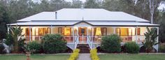 Queenslander home with verandah all the way round on for Homes with verandahs all around