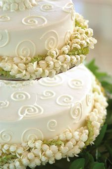 exactly how i dreamed my wedding cake to be (minus the swirls)... a simple white cake with pakalana and pikake leis wrapped around the base...