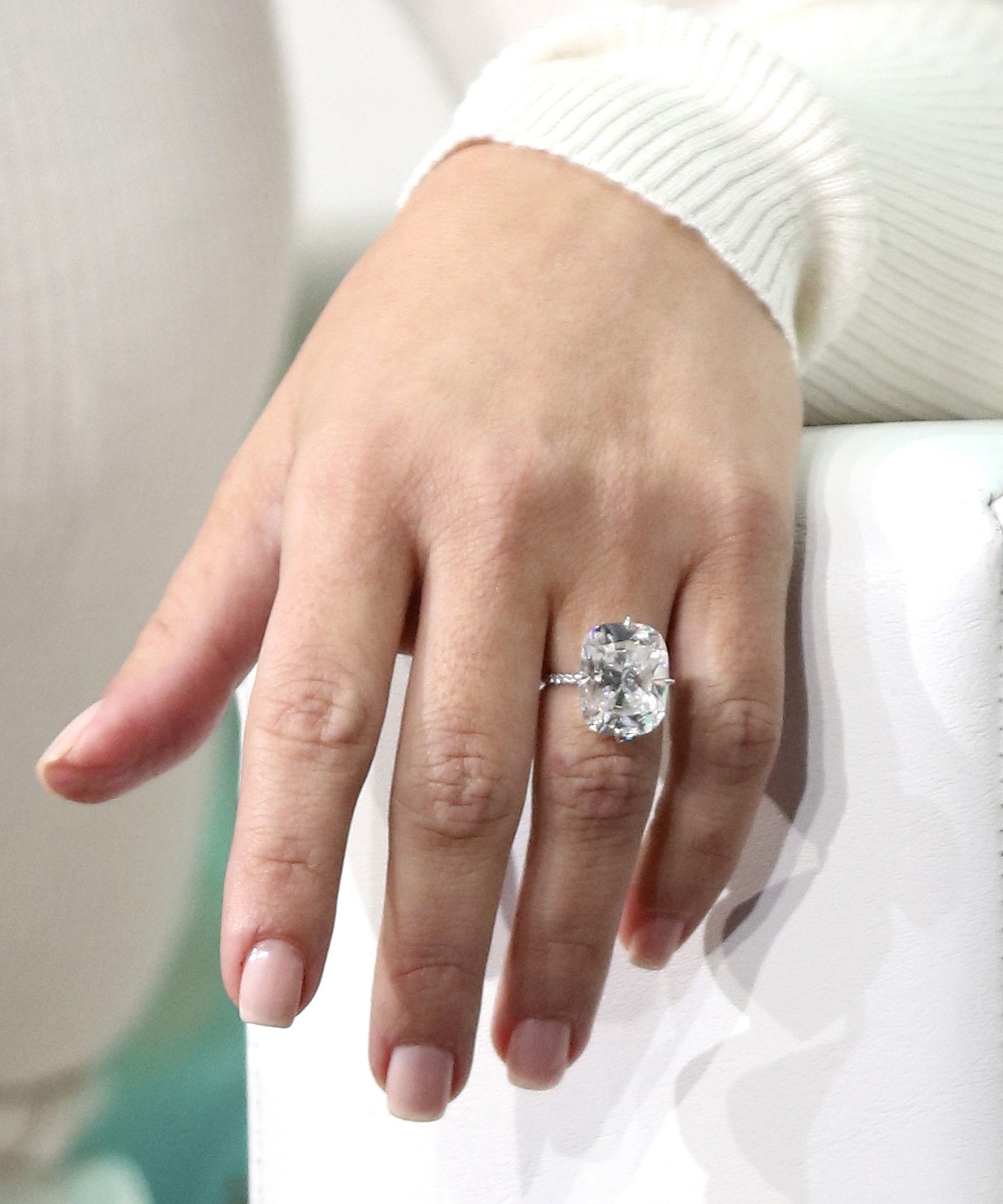 Ordinaire Kim Kardashian Has A New Ring That Looks Exactly Like Her Engagement Ring  Via @WhoWhatWear