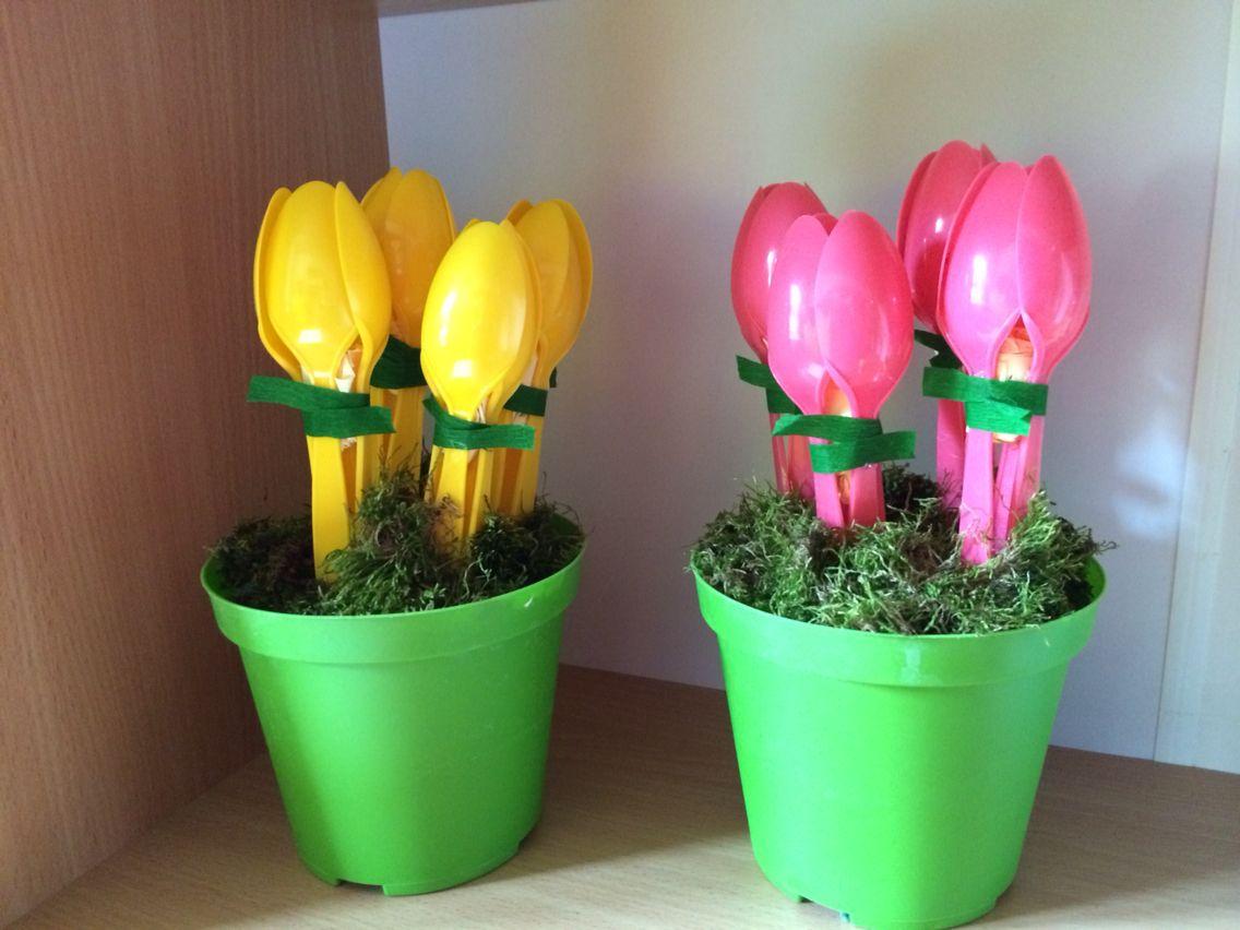 Fiori tulipani con cucchiai primavera lavoretti mamma for Addobbi finestre scuola infanzia primavera