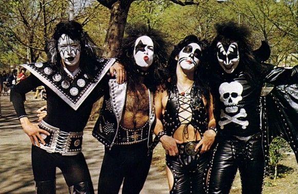Maria Contessa La Disenadora De Los Trajes De Kiss Entre 1973 Y 1983 Fotos De Besos Bandas De Rock Fotos