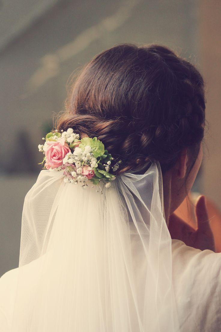 Brautfrisur mit Blumen und Schleier #bridalhairflowers