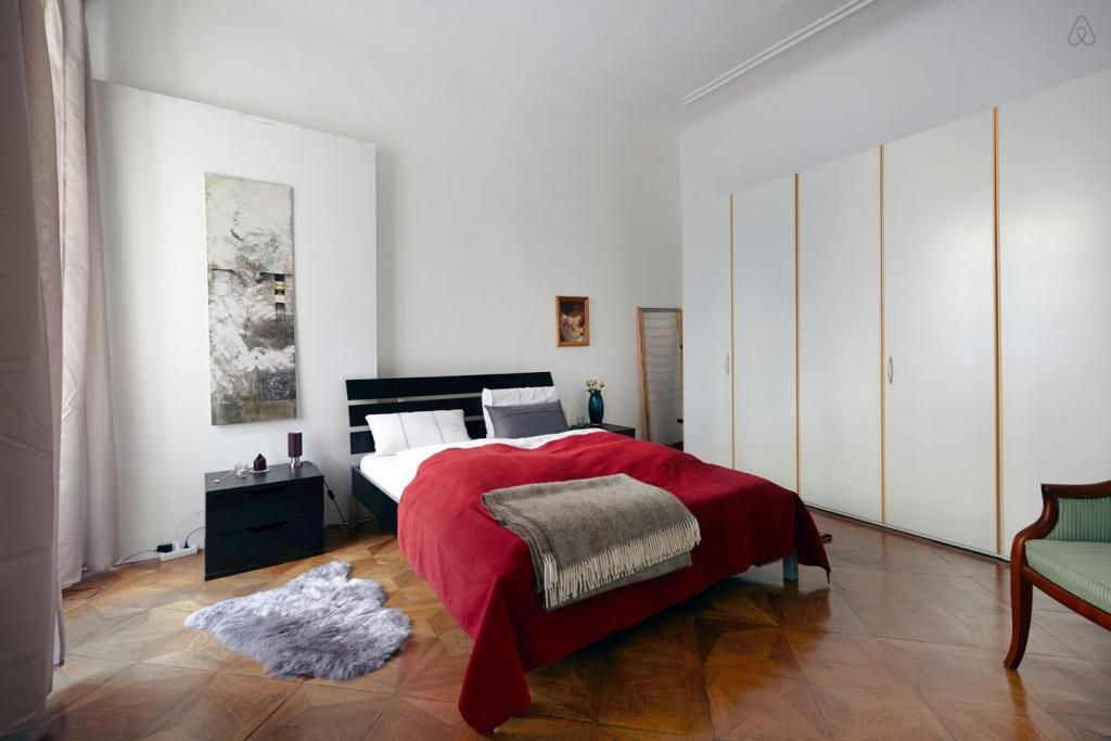 ger umiges schlafzimmer heller gro er kleiderschrank. Black Bedroom Furniture Sets. Home Design Ideas