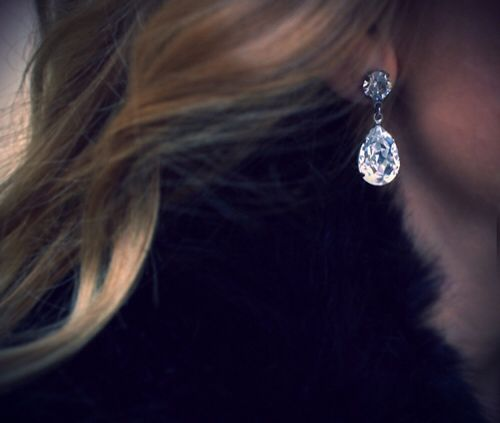 Simple diamond teardrops.