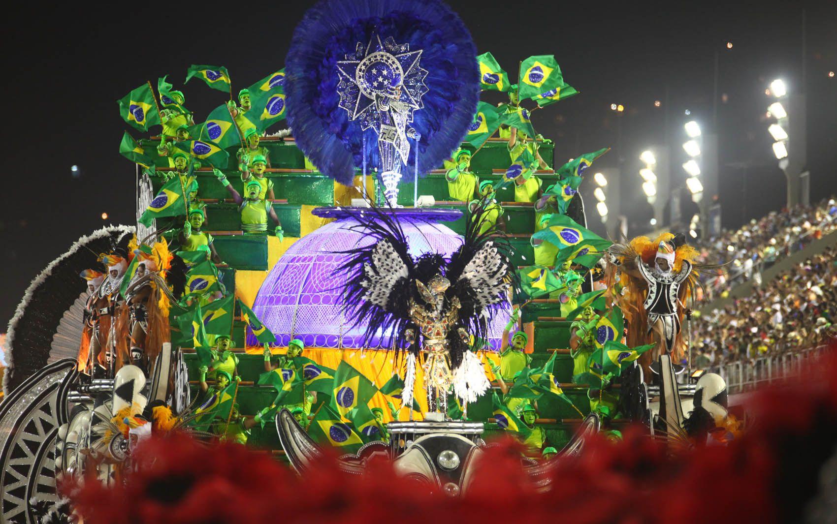 Carro da União da Ilha do Governador exibe diversas bandeiras do Brasil