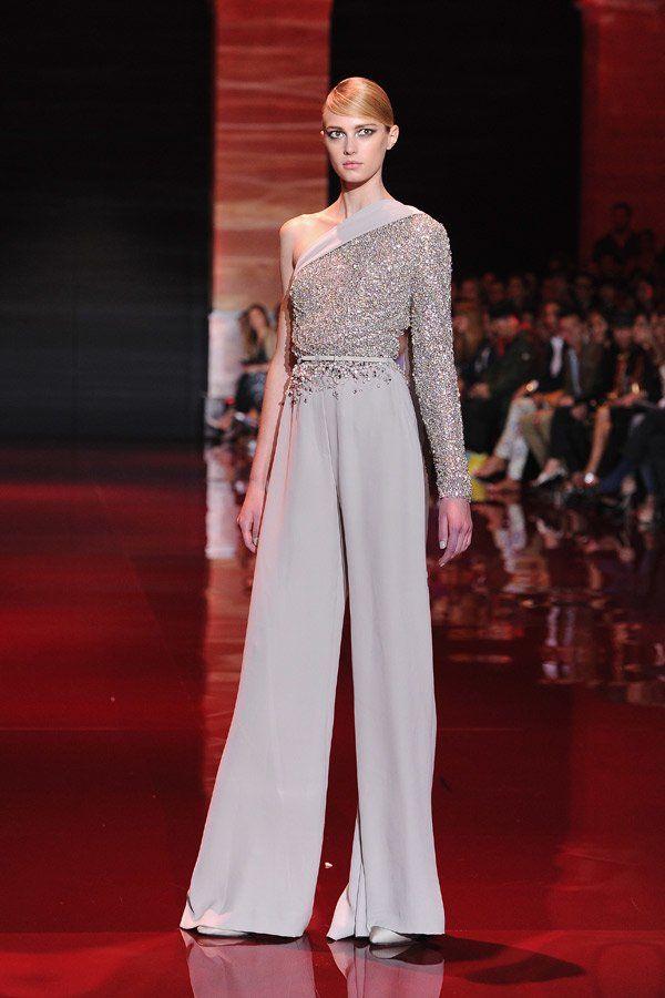 In der kommenden Red-Carpet-Saison werden wir wohl öfers tannengrüne Roben wie die von Elie Saab Haute Couture sehen. Praktisch: Der Farbton steht sowohl Blondinen, als auch Brünetten und Rothaarigen. Welche Farben stehen mir? Macht den Test!